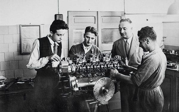 Ο Φεράρι (δεύτερος από δεξιά) με μηχανικούς του, πάνω από έναν κινητήρα κάποιας θεάς, το 1947 (Ferrari)