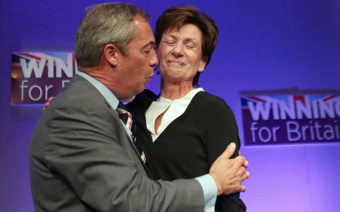 Ενα άβολο καρέ, μία αμήχανη αγκαλιά μεταξύ του Νάιτζελ Φάρατζ και της Νταϊάν Τζέιμς. H νέα προέδρος του UKIP (Kόμματος Ανεξαρτησίας Ηνωμένου Βασιλείου) παραιτήθηκε από τη θέση μόλις 18 μέρες αργότερα
