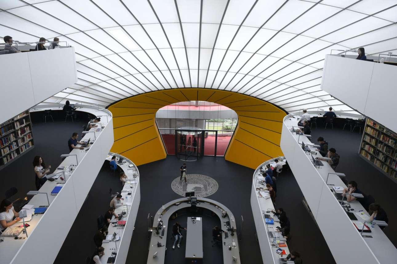 Φιλολογική Βιβλιοθήκη, (Philologische Bibliothek der Freien Universität Berlin), Ελεύθερο Πανεπιστήμιο του Βερολίνου, Γερμανία. Χτισμένη το 2005, η βιβλιοθήκη που σχεδίασε ο Νόρμαν Φόστερ μιμείται το περίγραμμα ενός ανθρώπινου κρανίου, γι' αυτό και έγινε γνωστή ως «The Berlin Brain» (Ο Εγκέφαλος του Βερολίνου). «Αυτό το κτίριο συνεργάζεται με τον έξω κόσμο», δήλωσε ο βρετανός αρχιτέκτονας, τονίζοντας την οικολογική του προσέγγιση