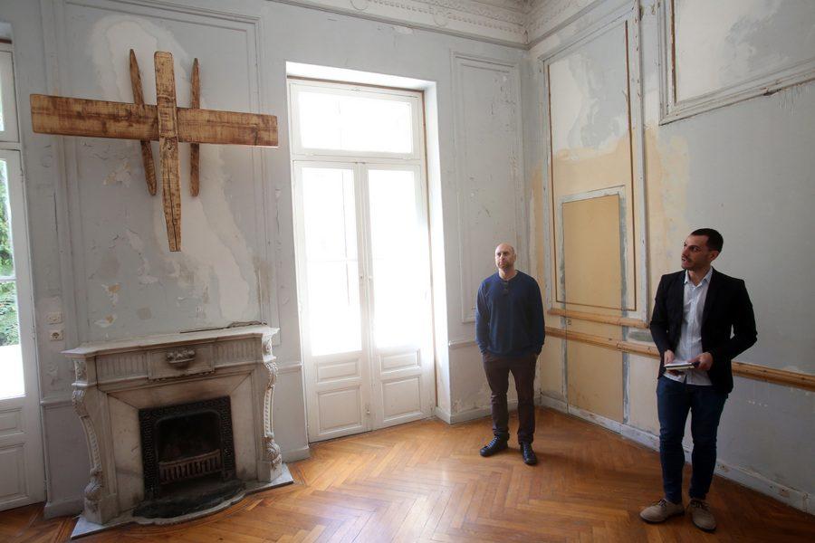 Ο εικαστικός Κωστής Βελώνης (αριστερά) και ο επιμελητής της έκθεσης Βασίλης Διαμαντόπουλος σε δωμάτιο με έκθεμα (ΑΠΕ - ΜΠΕ/Αλέξανδρος Μπελτές)