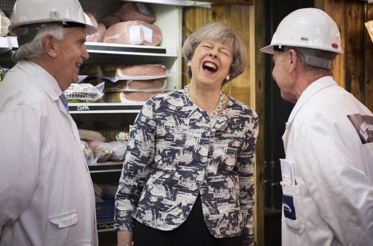 Η πρωθυπουργός Τερέζα Μέι ξεκαρδίζεται σε επίσκεψη στην αγορά Σμίθφιλντ του Λονδίνου, κατά τη διάρκεια της προεκλογικής της εκστρατείας