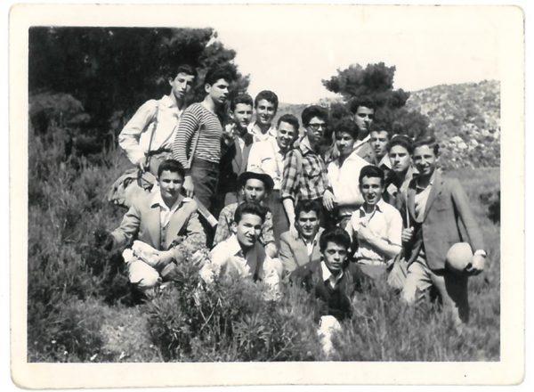 Μαθητική εκδρομή στο Γυμνάσιο (όρθιος στο κέντρο)