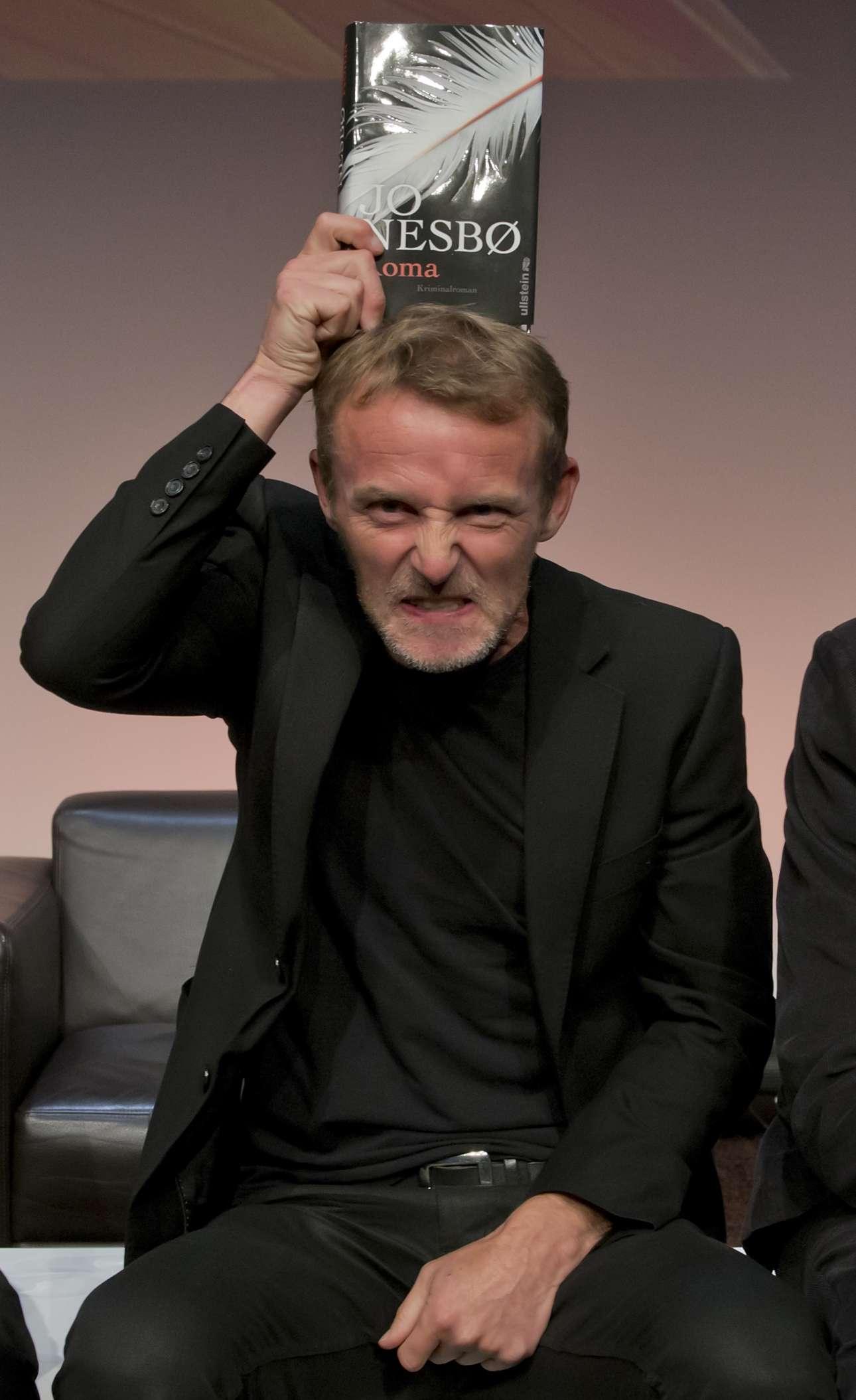 Ο Νέσμπο στην παρουσίαση του βιβλίου του «Koma», τον Νοέμβριο του 2013, στο Μόναχο. Με μία γκριμάτσα... (φωτό: Joerg Koch/Getty Images/Ideal Images)