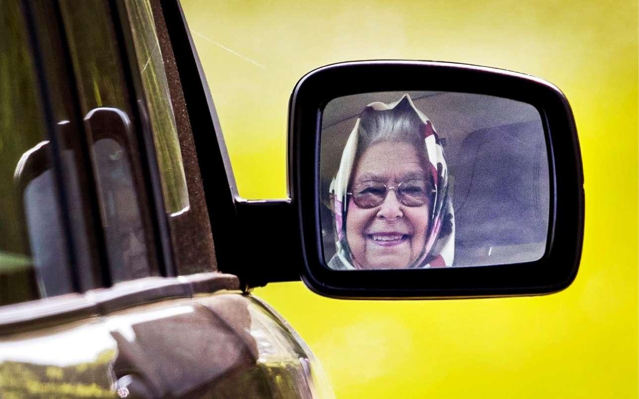Η βασιλίσσα Ελισάβετ Β΄μέσα από τον καθρέφτη του Range Rover της, καθώς φεύγει οδηγώντας από ιπποδρομίες στο Ουίνδσορ