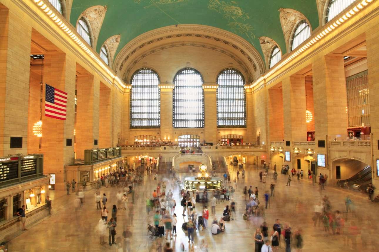 Ο Μεγάλος Κεντρικός Τερματικός σταθμός (Grand Central Terminal) της Νέας Υόρκης καταλαμβάνει περί τα 200.000 τετραγωνικά μέτρα και διαθέτει 44 πλατφόρμες και 67 γραμμές σε δύο επίπεδα. Είναι ένας από τους μεγαλύτερους σιδηροδρομικούς σταθμούς στον κόσμο. Η λειτουργία του άρχισε το 1871 και τότε ονομαζόταν Grand Central Depot. Το 1913, 11 χρόνια αφότου οι δημοτικές αρχές της Νέας Υόρκης απαγόρεψαν τις ατμομηχανές και υιοθέτησαν τη χρήση ηλεκτροκίνητων τρένων, μετονομάστηκε σε Grand Central Terminal. Στεγάζεται σε ένα κτίριο στυλ Μποζ Αρ στη διασταύρωση της 42ης λεωφόρου με την Παρκ Άβενιου στο κεντρικό Μανχάταν. Το ταβάνι της κεντρικής αίθουσας καλύπτεται από μια τοιχογραφία που απεικονίζει τον ουρανό της Μεσογείου κατά τη διάρκεια του χειμώνα με 2.500 αστέρια. Πέρα από 68 καταστήματα και 35 σημεία εστίασης, ο Μεγάλος Κεντρικός του Μεγάλου Μήλου διαθέτει και ένα γήπεδο τένις