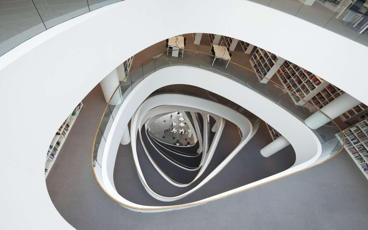 Βιβλιοθήκη Σερ Ντάνκαν Ράις (Sir Duncan Rice Library), Πανεπιστήμιο του Αμπερντίν, Βρετανία. Οπως πολλές πόλεις της Σκωτίας, το Αμπερντίν έχει καταστραφεί από άσχημα συγκροτήματα πολυκατοικιών. Αλλά, το 2012 όταν άνοιξε τις πόρτες της η επταώροφη βιβλιοθήκη με την ζιγκ-ζαγκ πρόσοψη απέδειξε ότι και τα ψηλά κτίρια μπορούν να είναι όμορφα. Την παρομοιάζουν, μάλιστα, με φάρο, που συνδέει την πόλη με τη θάλασσα