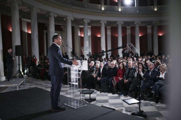 Ο Θεοδωράκης απευθύνεται προς το ακροατήριο που γέμισε το περιστύλιο