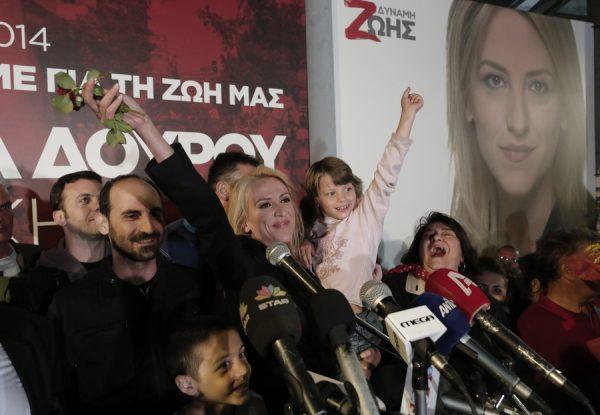 Η υποψήφια Περιφερειάρχης Αττικής, Ρένα Δούρου χαιρετάει κρατώντας ένα μικρό παιδάκι κατά την ομιλία της, στον κόσμο που έχει συγκεντρωθεί για να παρακολουθήσει τα αποτελέσματα των εκλογών της τοπικής και περιφερειακής αυτοδιοίκησης, στο εκλογικό της κέντρο, στην πλατεία Κοραή, την Κυριακή 18 Μαΐου 2014. Στις 7 το πρωί άνοιξαν οι κάλπες για τις Δημοτικές και Περιφερειακές εκλογές της χώρας οι οποίες έκλεισαν στις 7 το απόγευμα, με τη συμμετοχή 1.441 δημοτικών και 105 περιφερειακών συνδυασμών. ΑΠΕ-ΜΠΕ/ΑΠΕ-ΜΠΕ/ΓΙΑΝΝΗΣ ΚΟΛΕΣΙΔΗΣ