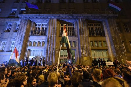 epa05900209 Demonstrators protest against the amendment of the higher education law seen by many as an action aiming at the closure of the Central European University, founded by Hungarian born American billionaire businessman George Soros, in Budapest, Hungary, 09 April 2017. The controversial amendment regulating the activities of foreign universities in Hungary was passed by the Parliament on 04 April and demonstrators demand that the President of Hungary should veto the bill.  EPA/ZOLTAN BALOGH HUNGARY OUT