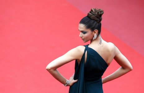 epa05972732 Indian actress Deepika Padukone arrives for the screening of 'Nelyubov' (Loveless) during the 70th annual Cannes Film Festival, in Cannes, France, 18 May 2017. The movie is presented in the Official Competition of the festival which runs from 17 to 28 May.  EPA/SEBASTIEN NOGIER