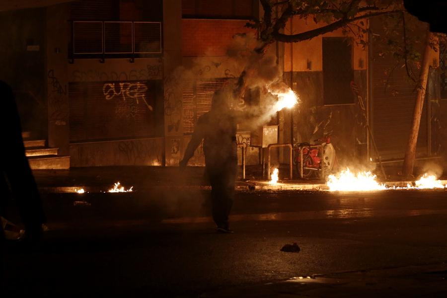 Διαδηλωτής κρατά στο χέρι του βόμβα μολότοφ κατά τη διάρκεια των επεισοδίων που σημειώθηκαν στη λεωφόρο Αλεξάνδρας, ΑΠΕ ΜΠΕ/ΓΙΑΝΝΗΣ ΚΟΛΕΣΙΔΗΣ