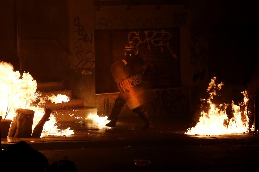 ΚΑι ο «χορός» του άνδρας των ΜΑΤ για να αποφύγει τις βόμβες μολότοφ (φωτό: ΑΠΕ ΜΠΕ/ΓΙΑΝΝΗΣ ΚΟΛΕΣΙΔΗΣ)