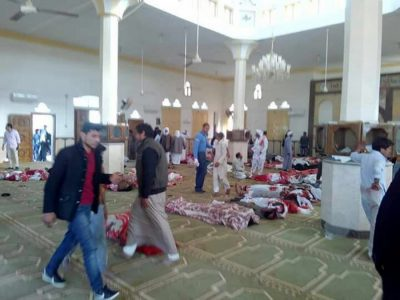 epa06347847 People sit next to bodies of worshippers killed in attack on mosque in the northern city of Arish, Sinai Peninsula, Egypt, 24 November 2017. According to initial reports, dozens were killed and injured in a bombing and gunfire targeting worshipers leaving the Friday prayers in the northern city of Arish.  EPA/STR ATTENTION EDITORS: PICTURE CONTAINS GRAPHIC CONTENT - BEST QUALITY AVAILABLE
