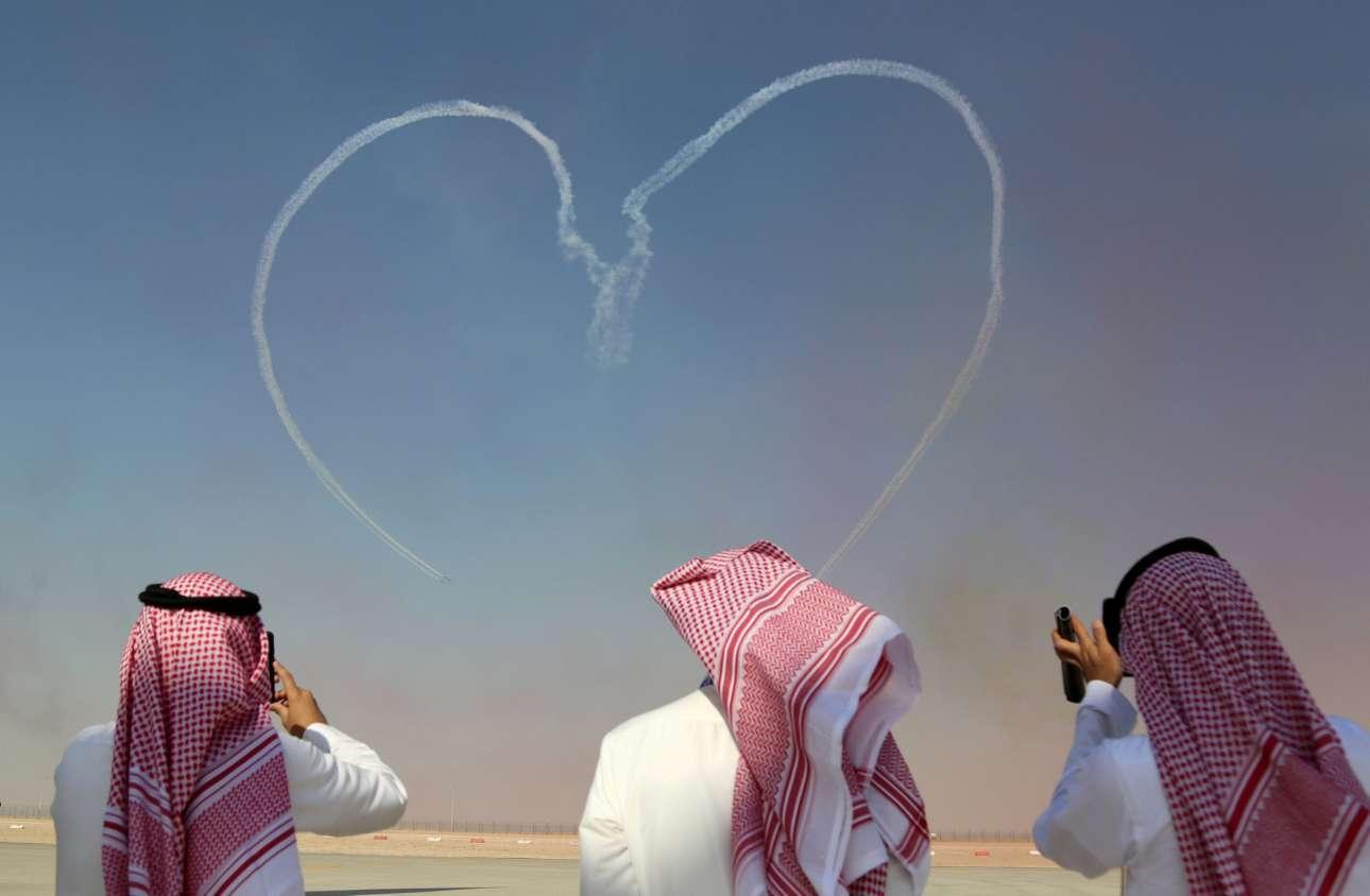 Δευτέρα, 13 Νοεμβρίου, Ντουμπάι. Θαυμάζοντας τα έργα της ομάδας επιδείξεων Αλ Φουρσάν των Ηνωμένων Αραβικών Εμιράτων που σχηματίζει μια καρδιά κατά τη διάρκεια εντυπωσιακού σόου στον ουρανό