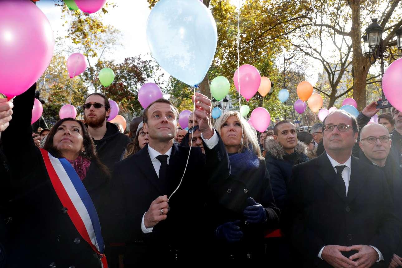 Δευτέρα, 13 Νοεμβρίου, Παρίσι. Ο γάλλος πρόεδρος, Εμανουέλ Μακρόν, συνοδευόμενος από τη σύζυγό του Μπριζίτ, τη δήμαρχο του Παρισιού Αν Ινταλγκό και τον πρώην πρόεδρο της Γαλλίας Φρανσουά Ολάντ απελευθερώνει μπαλόνια, στο δημαρχείο του 11ου διαμερίσματος, στην πρωτεύουσα της Γαλλίας, κατά τη διάρκεια τελετής στη μνήμη των θυμάτων των τρομοκρατικών επιθέσεων της 13ης Νοεμβρίου 2015 που είχαν στοιχίσει τη ζωή σε 130 ανθρώπους