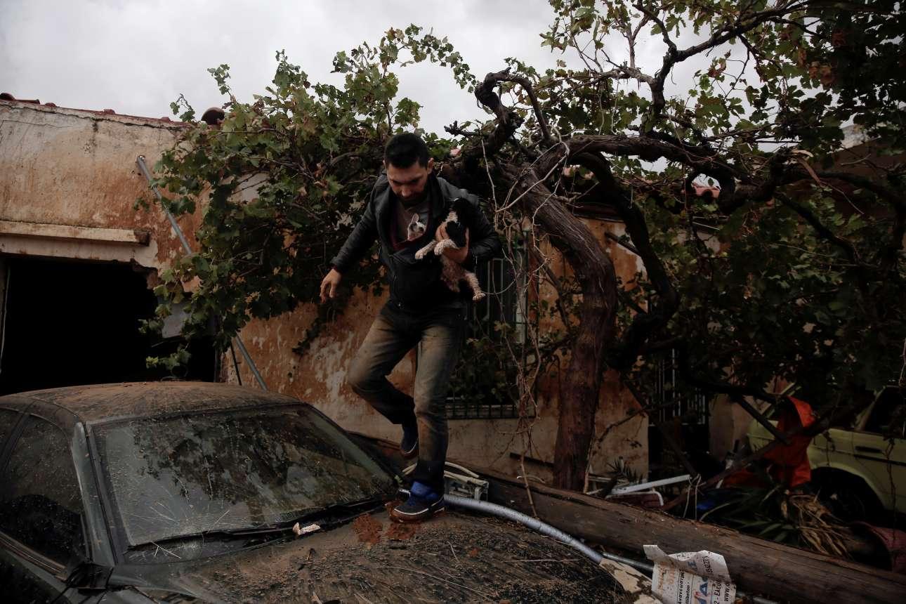 Τετάρτη, 15 Νοεμβρίου, Αθήνα. Ενώ η Μάνδρα και άλλες περιοχές της δυτικής Αττικής δοκιμάζονται από τις πλημμύρες, ένας άνδρας σώζει ένα μικρό σκύλο και μια γάτα από την περιοχή που θυμίζει βομβαρδισμένο τοπίο