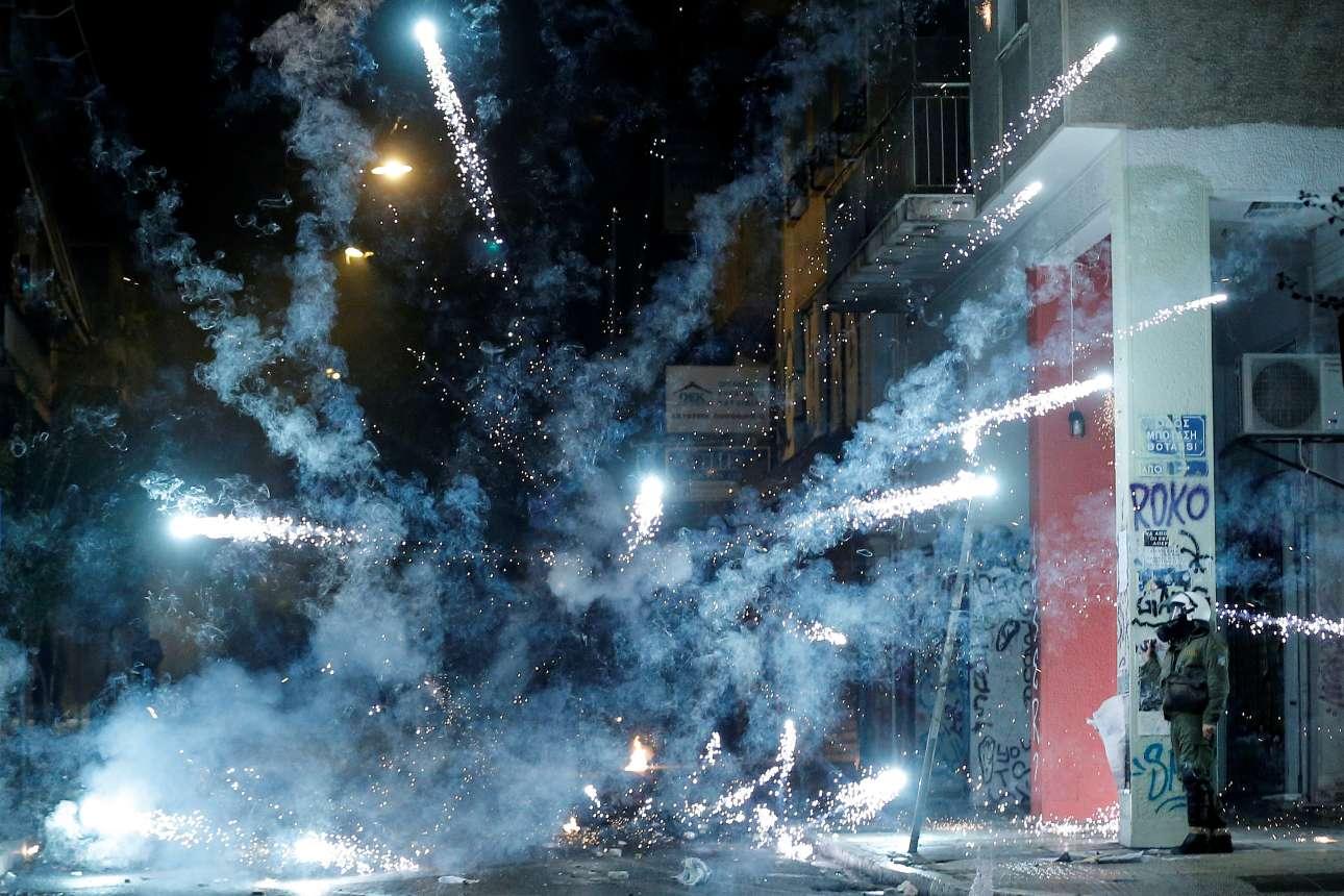 Σάββατο, 18 Νοεμβρίου, Αθήνα. Θα μπορούσε να είναι πάρτι με βεγγαλικά, είναι όμως μια σκηνή από την πρωτεύουσα της Ελλάδας. Αλλη μια επέτειος για την εξέγερση του Πολυτεχνείου σημαδεύτηκε από επεισόδια, μολότοφ και δακρυγόνα τις βραδινές ώρες