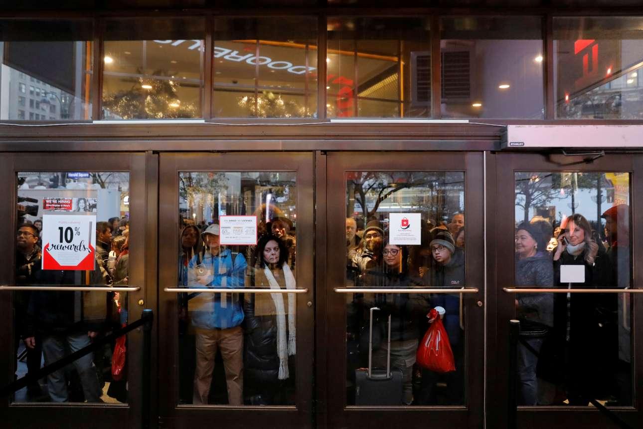Ανυπόμονα βλέμματα έξω από τις γυάλινες πόρτες του διάσημου πολυκαταστήματος Macy's στη Νέα Υόρκη