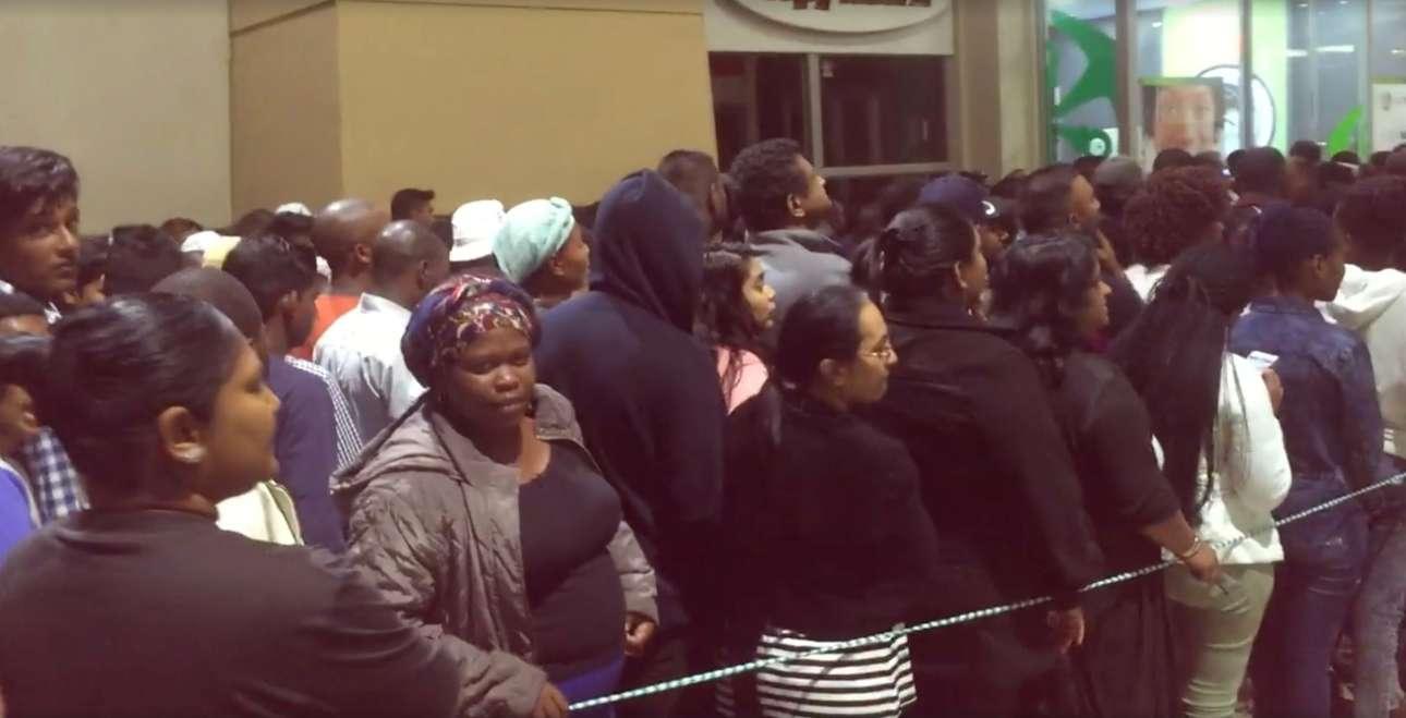 Περιμένοντας υπομονετικά στην ουρά, έξω από κατάστημα ηλεκτρονικών ειδών στην Ουμλάνγκα της Νότιας Αφρικής