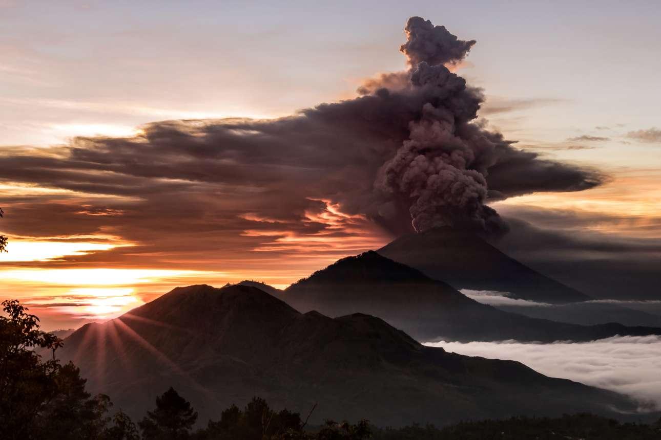Ο ήλιος δύει κοντά στο ηφαίστειο που βρυχάται. Ενας ιδιαίτερος πίνακας ζωγραφικής
