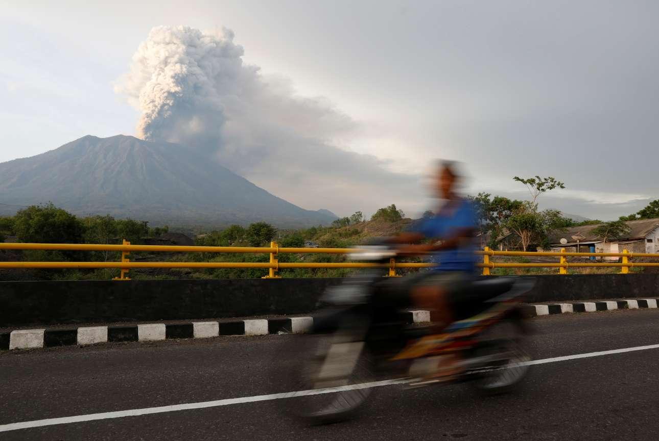 Ενα μηχανάκι περνά από το κάδρο του ηφαιστείου