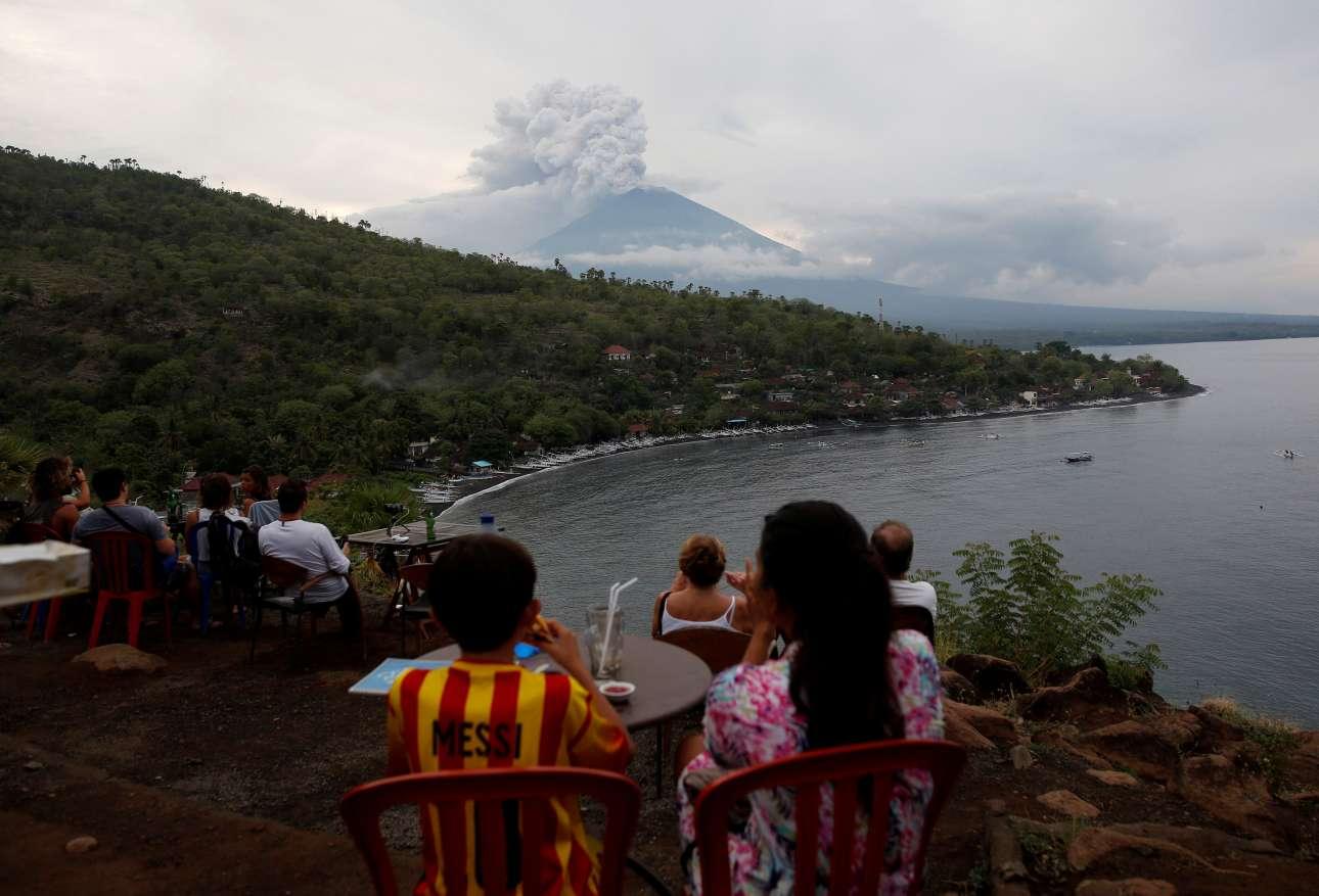 Οταν ο Μέσι συνάντησε ένα ηφαίστειο στο Μπαλί. Τουρίστες χαζεύουν το εντυπωσιακό θέαμα