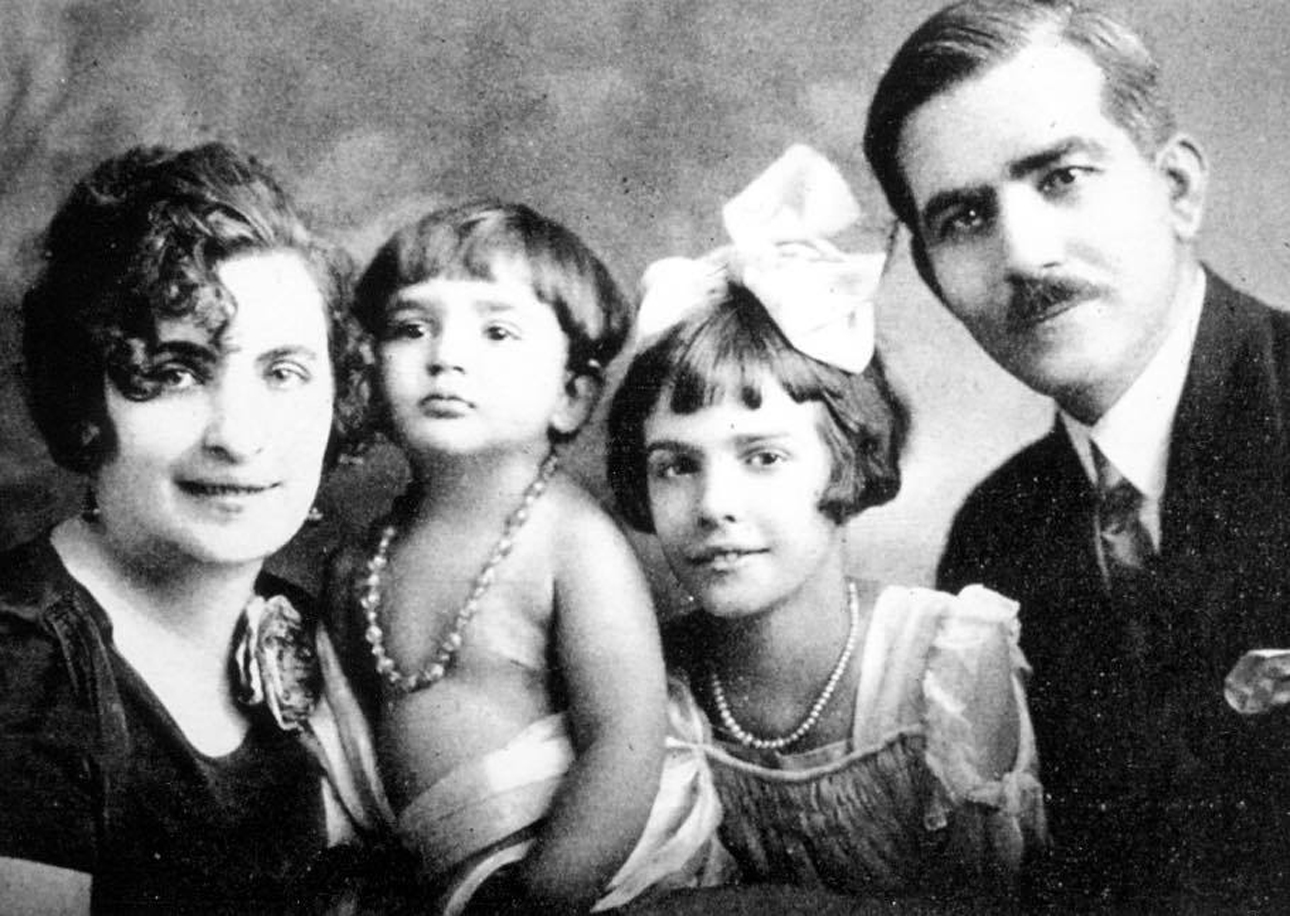 Η ντίβα (δεύτερη από αριστερά) σε παιδική ηλικία με την οικογένεια της