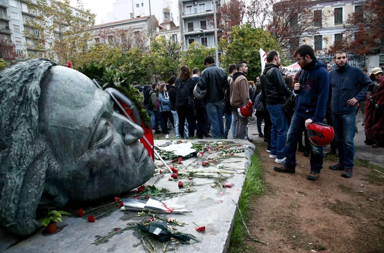 Μέλη φοιτητικών παρατάξεων στο μνημείο του Πολυτεχνείου