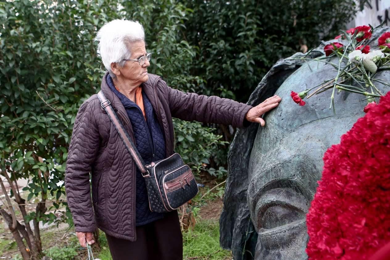 Ενα άγγιγμα στο μνημείο, μια νοητή σύνδεση με το τότε.