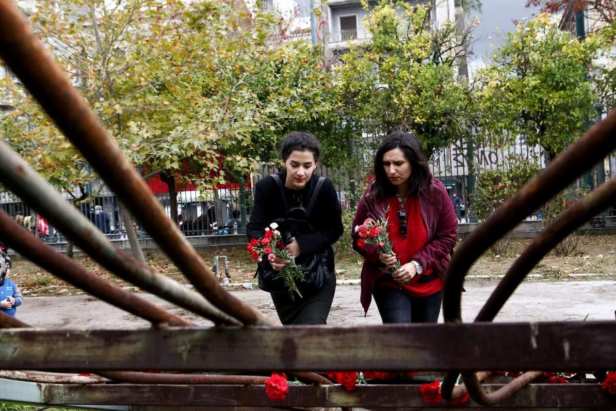 Κάποιοι πρόλαβαν την βροχή και άφησαν μερικά λουλούδια στο μνημείο
