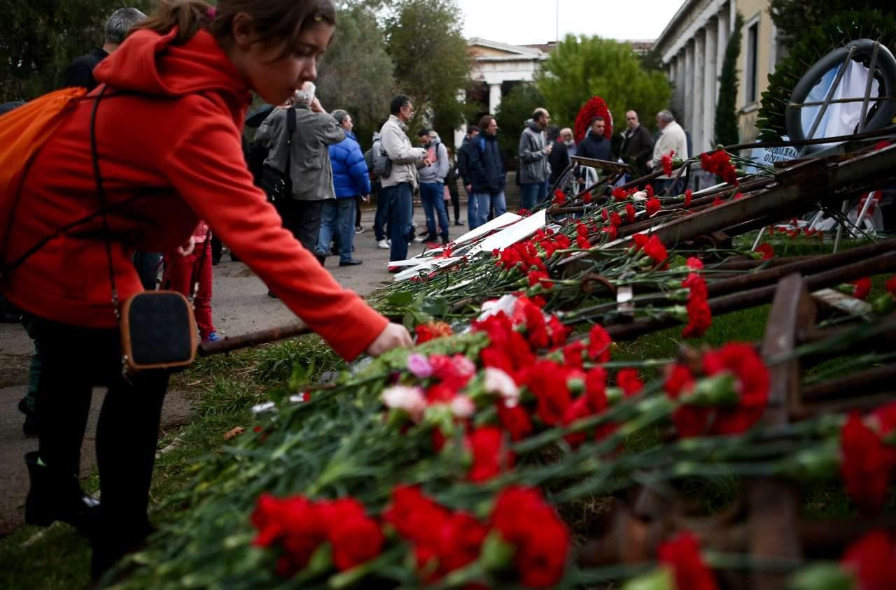 Λίγα λουλούδια και ένα σύντομα μάθημα σύγχρονης Ιστορίας για τους μικρότερους