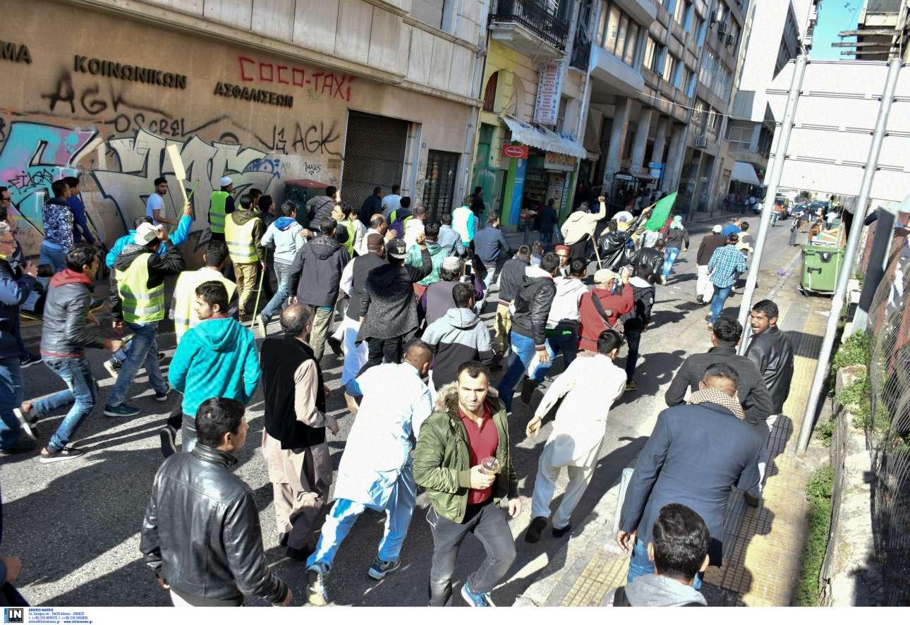 Οι Πακιστανοί ενώ κινούνται προς τους οπαδούς του ΠΑΟΚ INTIMEnews/ ΚΑΡΑΜΠΕΤΣΟΣ ΦΩΤΗΣ