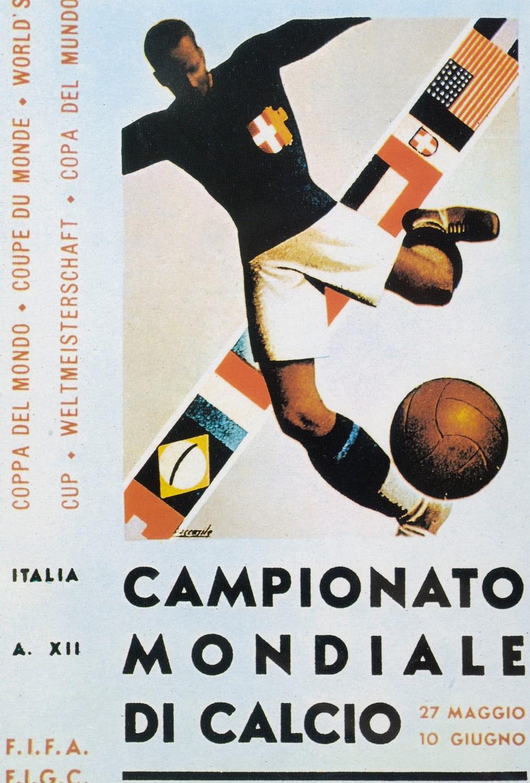 Ιταλία 1934. Ενας ποδοσφαιριστής σουτάρει μια μπάλα που θυμίζει τις σημερινές του βόλεϊ