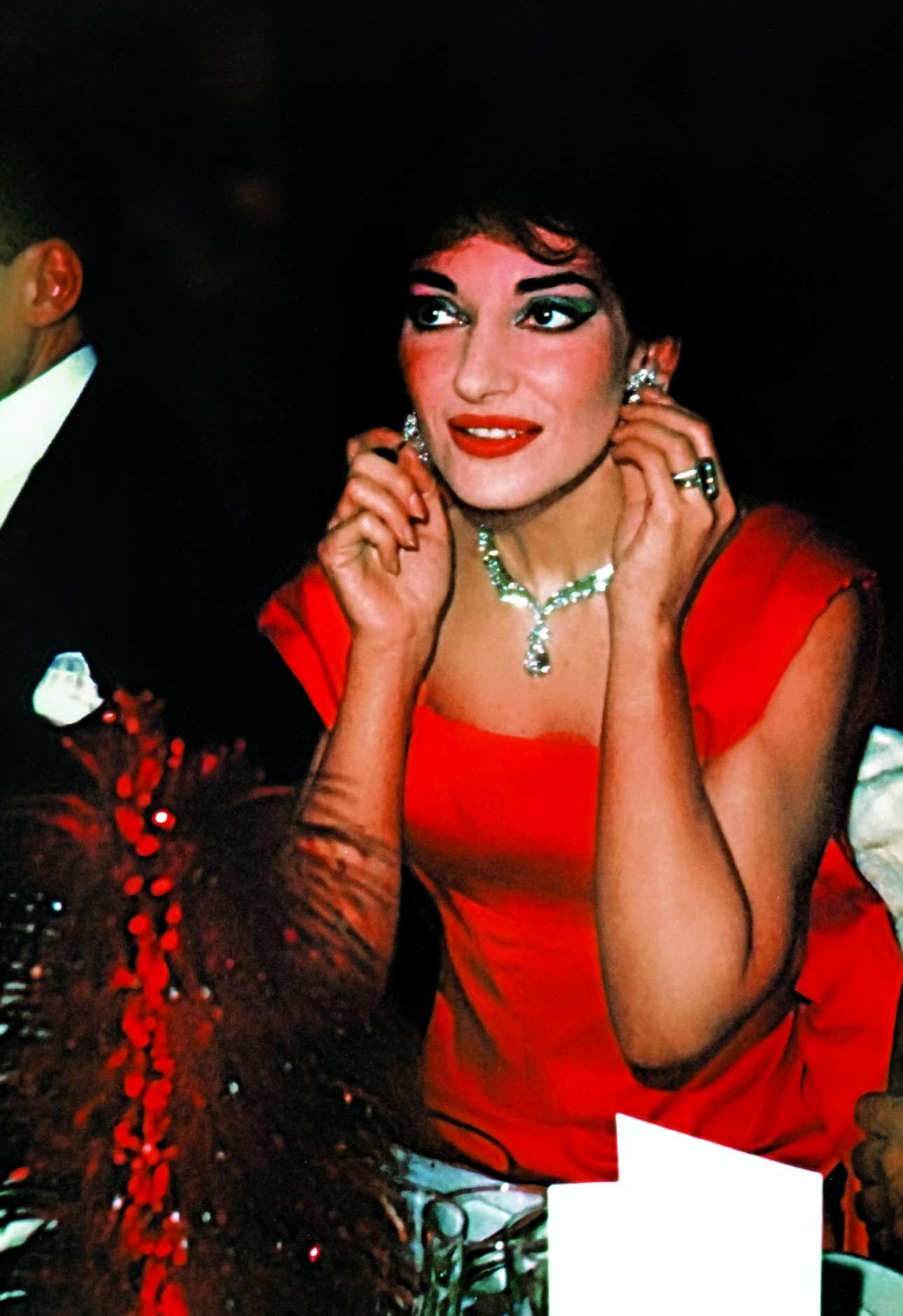 Σε δεξίωση στην Οπερα του Παρισιού, φορώντας εντυπωσιακά κοσμήματα Van Cleef & Arpels, 1958