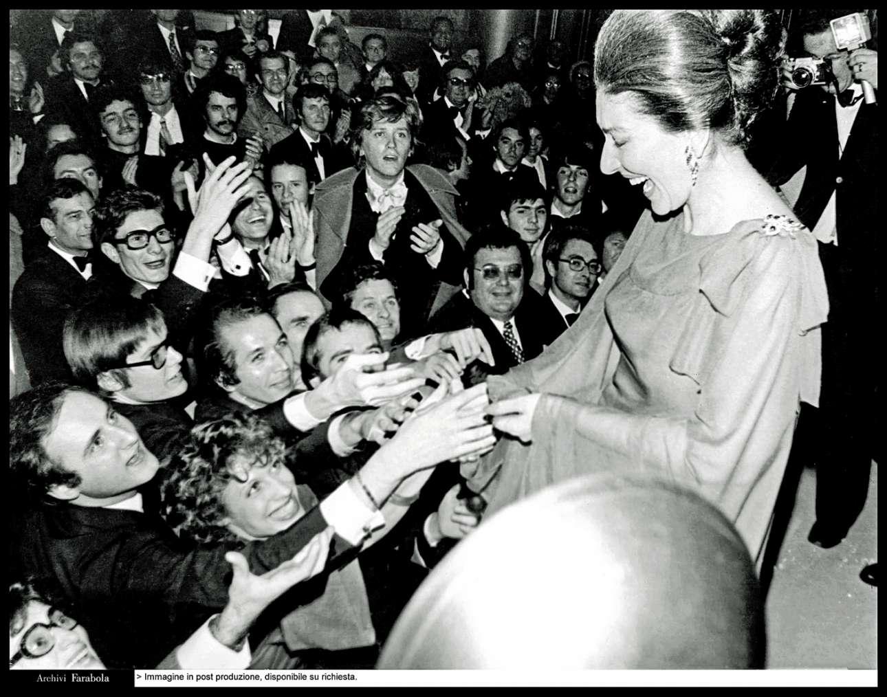 Αποθεώνεται στο Θέατρο των Ηλυσίων Πεδίων, στο Παρίσι, το 1973. Ανάμεσα στο κοινό διακρίνεται ο Ιβ Σεν Λοράν που χειροκροτάει