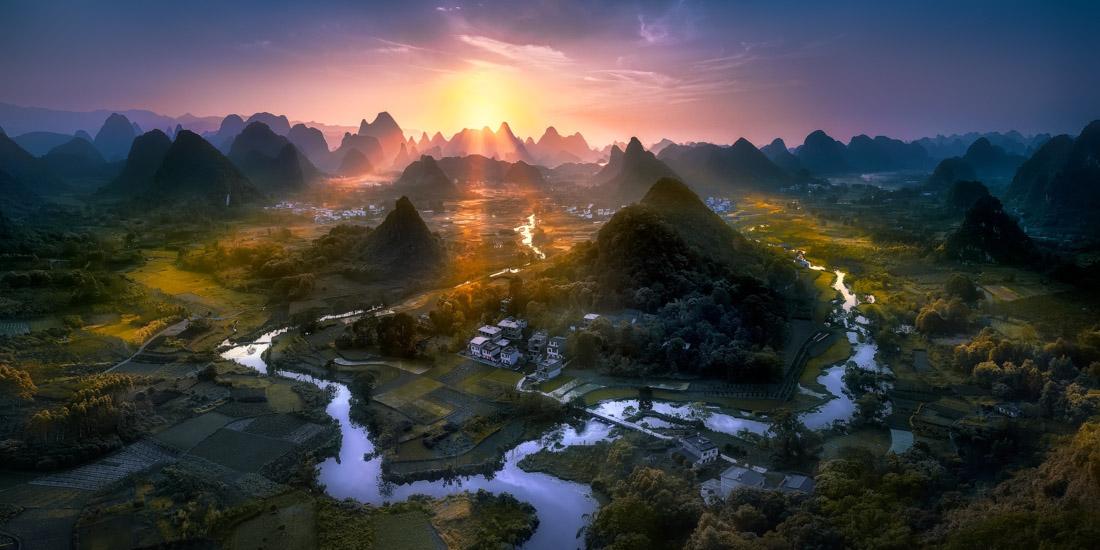 Δειλινό στην περιοχή Whuzi Hill της Κίνας. «Οταν τράβηξα τη φωτογραφία, ένιωθα σαν να βλέπω κάτι παρόμοιο με τη δημιουργία του κόσμου. Ημουν στο σωστό μέρος τη σωστή στιγμή» λέει ο ο νικητής Τζίζους Μ. Γκαρσία