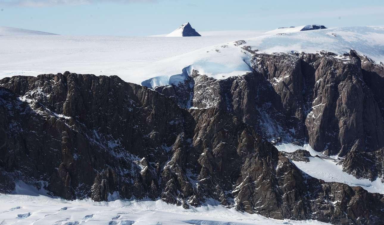 Οι πάγοι λιώνουν: ερευνητές μελετώντας στοιχεία που έχει συλλέξει το «IceBridge», έχουν καταλήξει στο συμπέρασμα ότι η ζημιά είναι μάλλον μη αναστρέψιμη και για αυτό ευθύνεται ο άνθρωπος και η υπερθέρμανση του πλανήτη