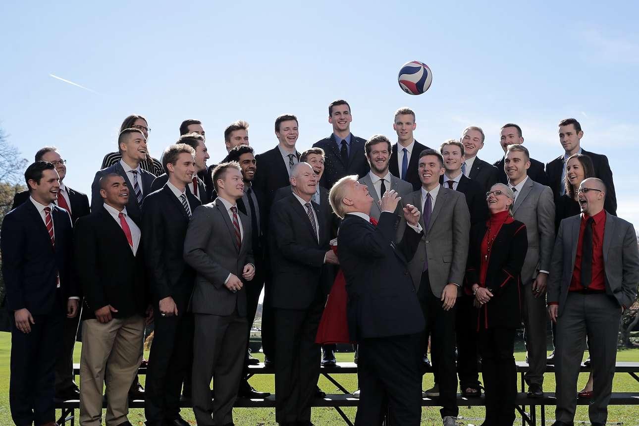 Σάββατο, 18 Νοεμβρίου, Ουάσινγκτον. Ο Ντόναλντ Τραμπ, μια μπάλα και πολλοί χαρούμενοι θεατές. Ο αμερικανός πρόεδρος υποδέχτηκε την ομάδα βόλεϊ του Πανεπιστημίου του Οχάιο και έδειξε τις ικανότητές του με την μπάλα