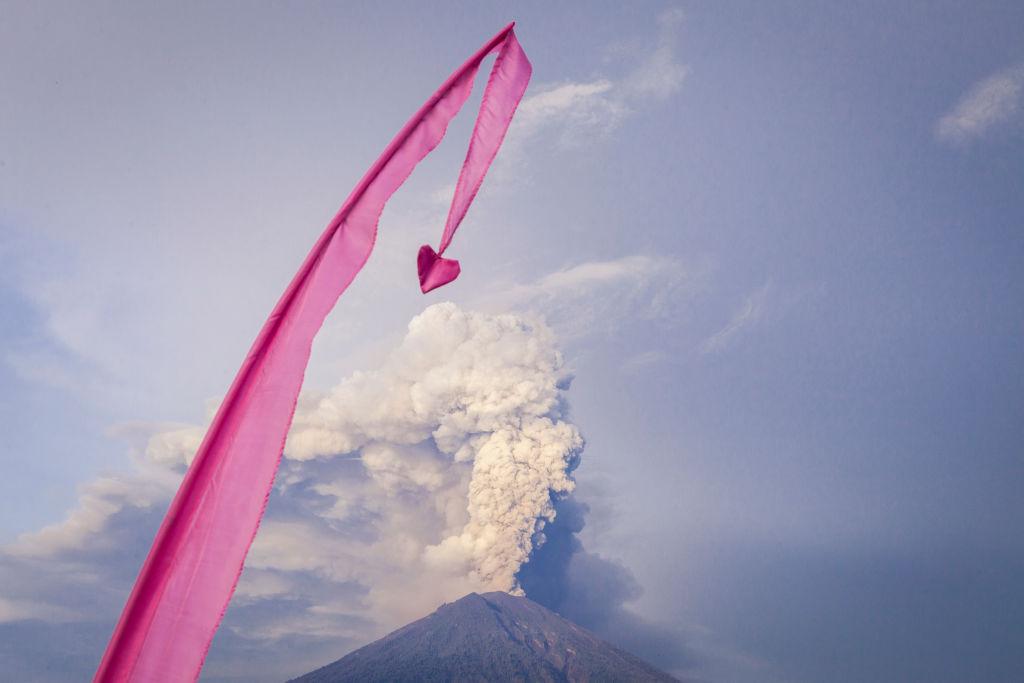 Και μια καλλιτεχνική παρέμβαση. Μια ροζ κορδέλα με μία καρδιά «πετά» κάτω από ηφαίστειο