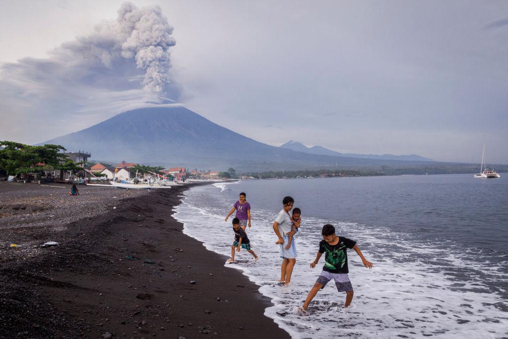 Παιχνίδια στην θάλασσα με φόντο το ενεργό ηφαίστειο