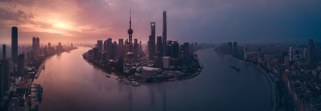 «Ιπτάμενη Σαγκάη», πρώτο βραβείο κατηγορία «Ανοιχτό θέμα» και «Αρχιτεκτονική». Μία συγκλονιστική εικόνα της Σαγκάης και των κτιρίων της από ψηλά