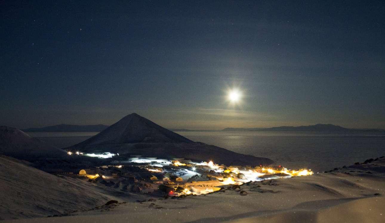 Το φεγγάρι λάμπει πάνω από το ερευνητικό κέντρο ΜακΜέρντο τον Ιούνιο, όπου υπάρχει 24 ώρες σκοτάδι κατά τη διάρκεια του χειμώνα