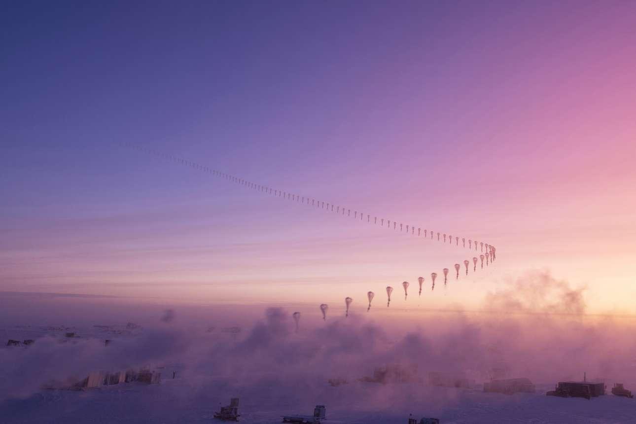 Φωτογραφία με τεχνική time lapse που δείχνει την πορεία του αεροστάτου πάνω από τον σταθμό Amundsen-Scott στο Νότιο Πόλο, το οποίο μία φορά την εβδομάδα συλλέγει δεδομένα από την ατμόσφαιρα του καθαρότερου αέρα στη Γη