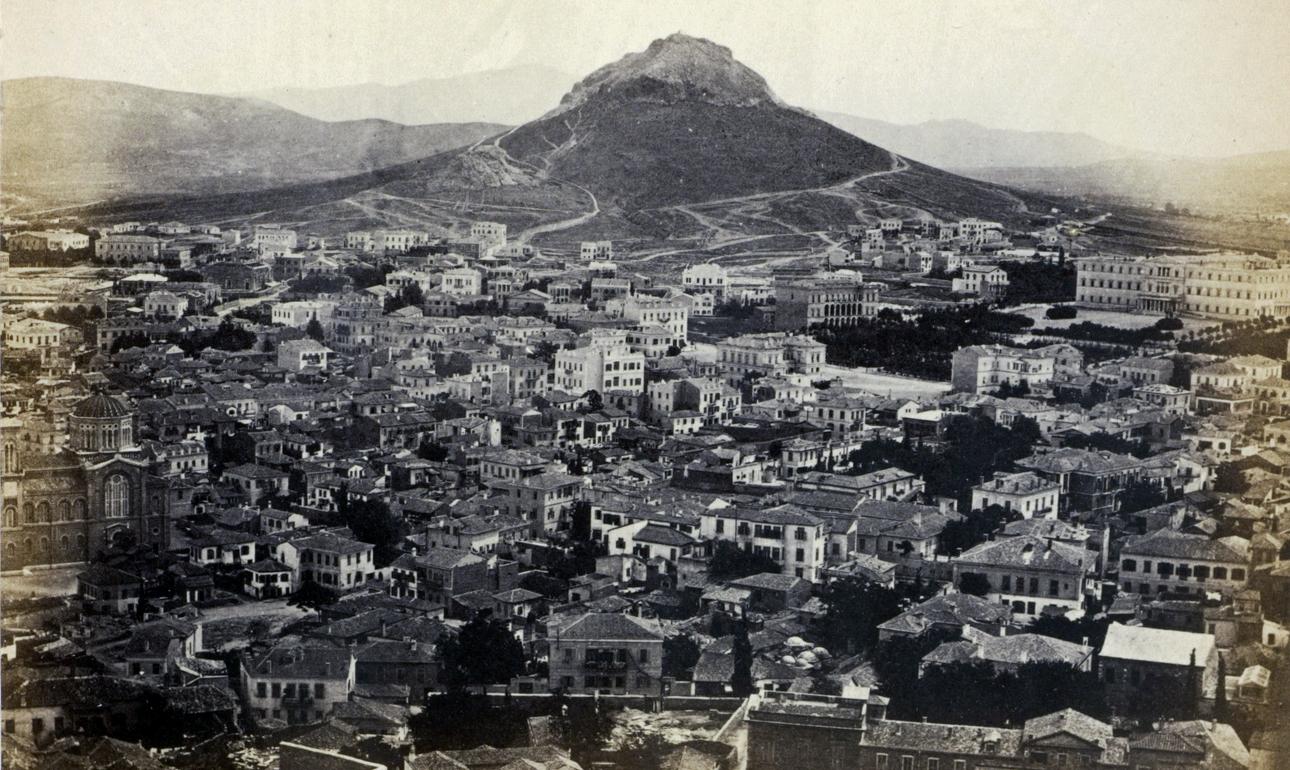 Η Αθήνα από την Πλάκα, κάτω από την Ακρόπολη, με θέα στον Λυκαβηττό