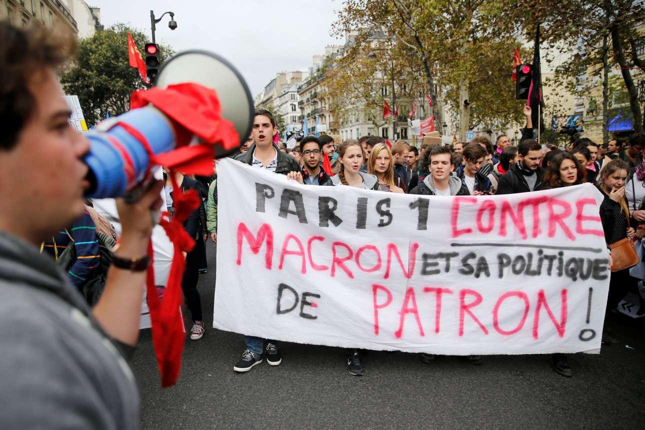 ΚΑι οι φοιτητές βρίσκονται σε ανβρασμό με τις μεταρρυθμίσεις ΜΑκρόν. Στη φωτογραφία το μπλοκ του πανεπιστημίου Paris 1σε κινητοποίηση του οκτωβρίου (REUTERS/ Pascal Rossignol)