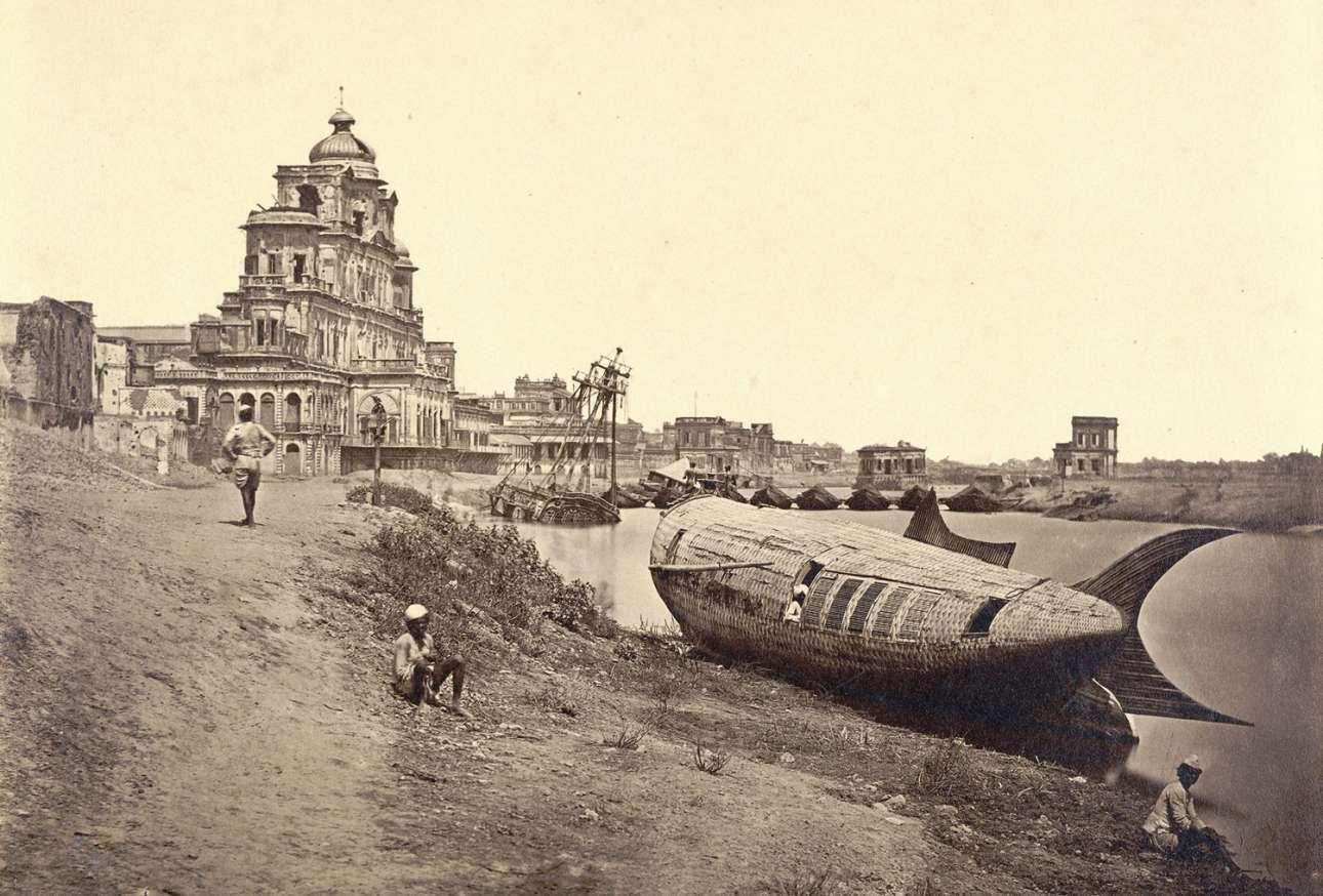 Το τείχος του παλατιού Chattar Manzil στο Λάκναου της Ινδίας, το οποίο καταστράφηκε από αντάρτες κατά τη διάρκεια της ινδικής εξέγερσης του 1857, γνωστή και ως «Επανάσταση των Σιπόι». Στα δεξιά, το εντυπωσιακό σκάφος του βασιλιά σε σχήμα ψαριού