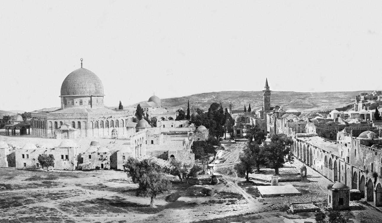 Μία σύνθεση δύο πανοραμικών φωτογραφιών: στα αριστερά, ο Θόλος του Βράχου και, στα δεξιά, η Παλιά Πόλη της Ιερουσαλήμ