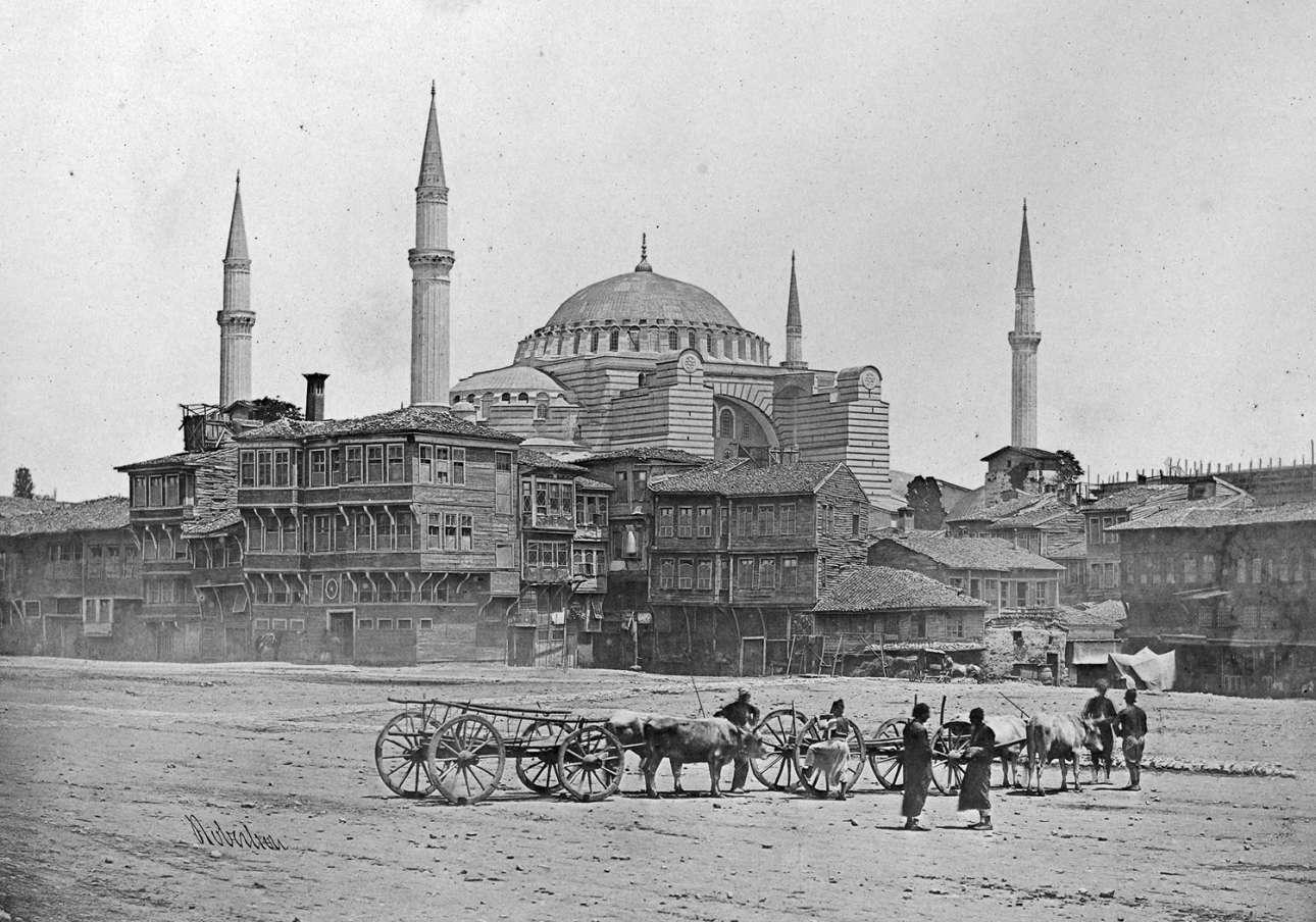 Η Αγία Σοφία όπως διακρίνεται από τον Ιππόδρομο της Κωνσταντινούπολης, στη θέση του οποίου σήμερα βρίσκεται η πλατεία Σουλτάν Αχμέτ