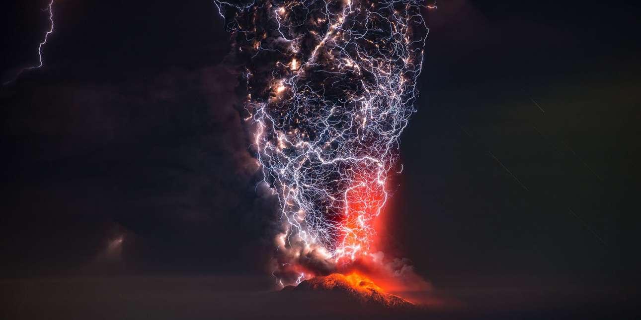 «Η εικόνα του φόβου». Φιναλίστ, κατηγορία «Τοπίο». Κεραυνοί αστράφτουν μέσα στο ηφαίστειο Καλμπούκο της Χιλής, καθώς εκρήγνυται