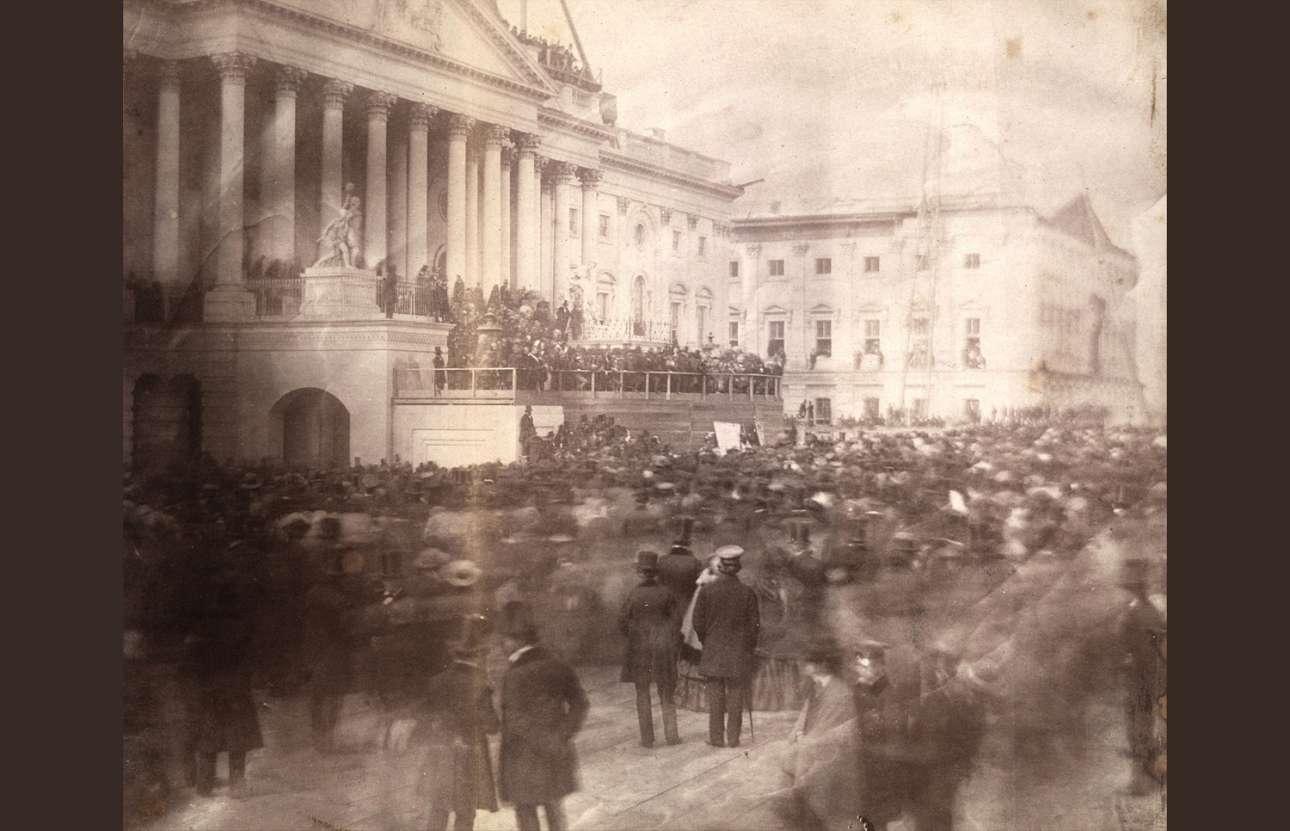Η ορκωμοσία του 15ου προέδρου των ΗΠΑ Τζέιμς Μπιουκάναν στο Καπιτώλιο, τον Μάρτιο του 1857. Είναι η πρώτη φωτογραφία από προεδρική ορκωμοσία στο Καπιτώλιο, το οποίο το 1857 ήταν ακόμα υπό κατασκευή